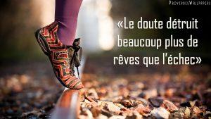 """citation """"le doute détruit beaucoup plus de rêves que l'échec"""", pied sur un rail"""