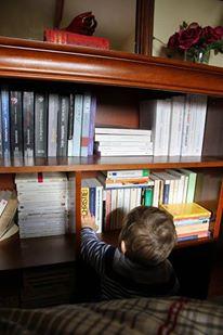 Bébé regarde des livres