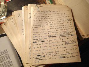 Une pile de manuscrits