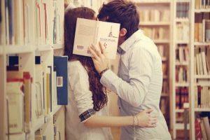 Un baiser volé à la bibliothèque